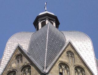 Kirchenblei von Röhr + Stolberg deckt den Turm des Aachener Doms
