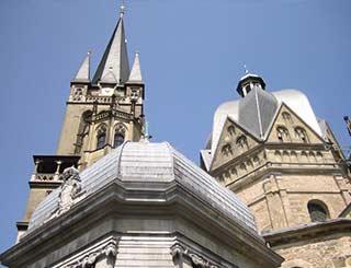 Das Dach des Aachener Doms wurde in Kirchenblei gedeckt.